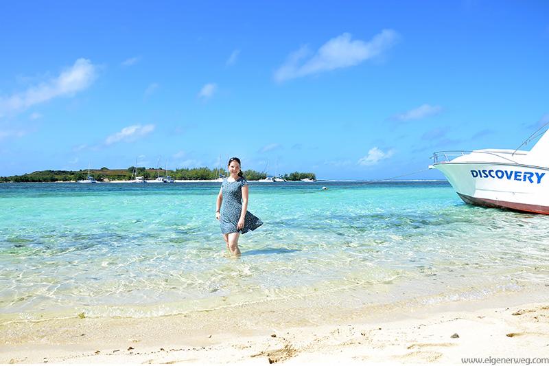 Frau am Strand im Sommerkleid