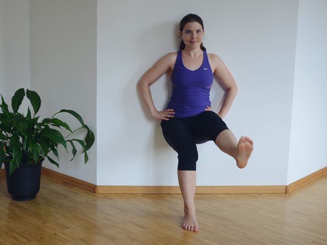Ariana Kniebeuge Wandsitz Workout Trainig