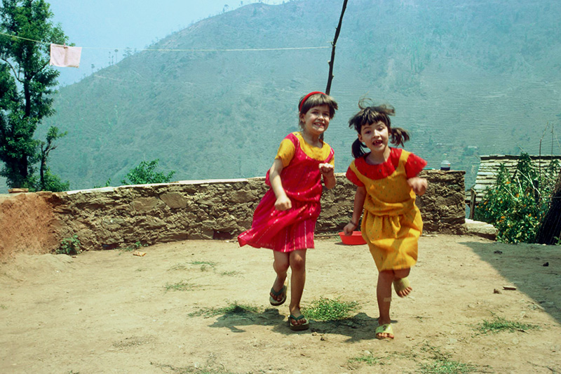 Kinder welche in Nepal tanzen