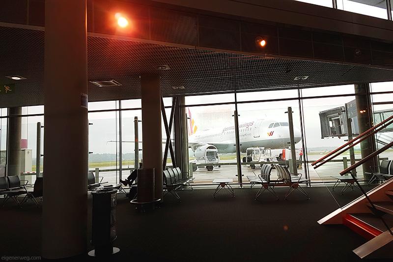 Leerer Flughafen mit Blick auf ein Flugzeug