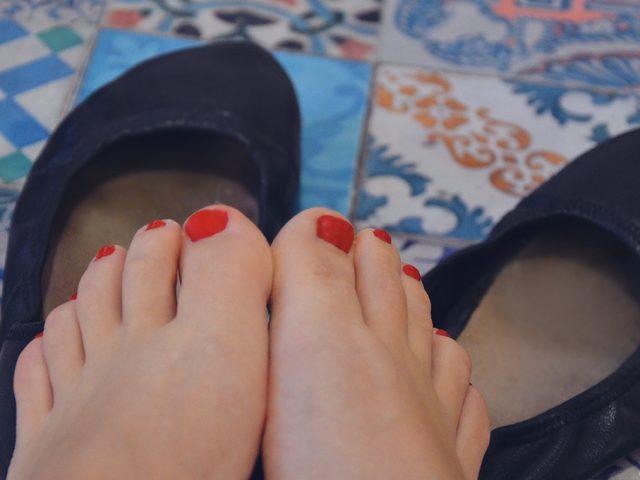 Füsse Schuhe barfuss